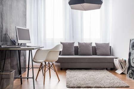 studie: Kancelářské a obývací pokoj dohromady. Interiér s cementovou tapetou.