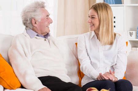 apoyo familiar: Hombre mayor que habla con su nieta Foto de archivo