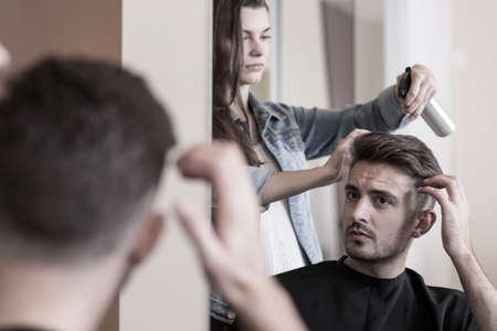 hombres jovenes: Apuesto hombre que visita a un peluquero