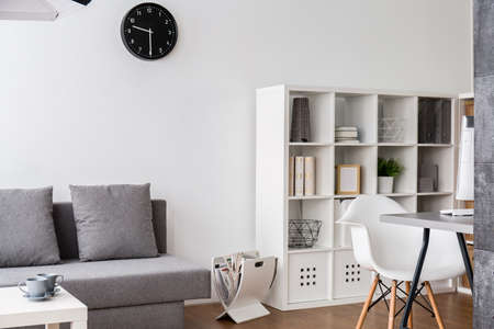 De moderne, lichte woonkamer en het thuiskantoor gecombineerd.