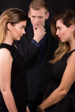 femme romantique: Photo de beau coureur de jupons et deux amants jaloux