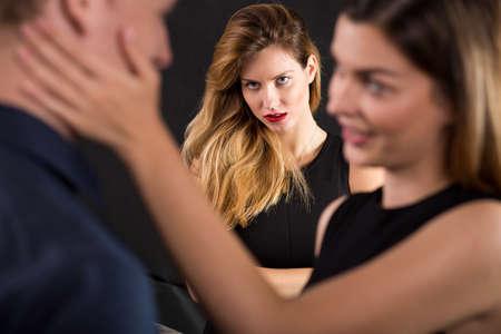 amantes: Foto de un hombre engañar a la esposa celosa