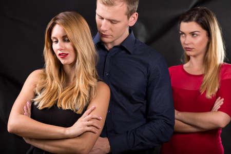 herrin: Foto des Mannes mit dem Geliebten und seiner betrogenen Ehefrau