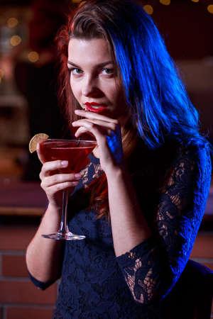 junge nackte m�dchen: Junge sch�ne Frau trinken Alkohol mit Genuss Lizenzfreie Bilder