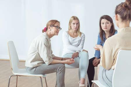 apoyo social: Cuatro mujeres exitosas tienen su grupo de apoyo Foto de archivo