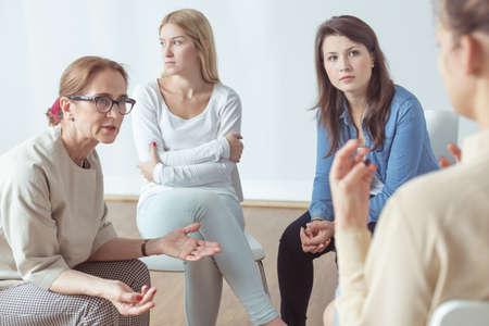 terapia de grupo: La mujer joven está hablando de sus problemas
