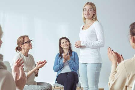 La mujer joven está presentando a sí misma durante la reunión