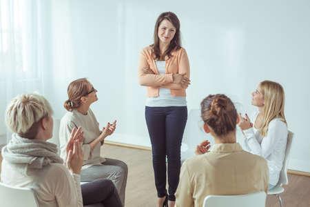 terapia de grupo: Mujer joven que participa en reunión de AA