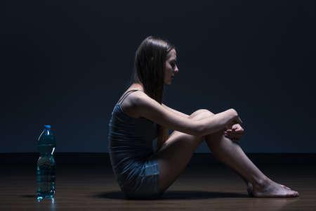 Teenage mager meisje met anorexia op het water dieet