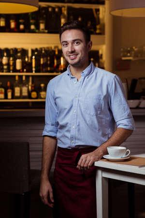 작은 아늑한 카페에서 젊은 잘 생긴 우아한 바리 스타