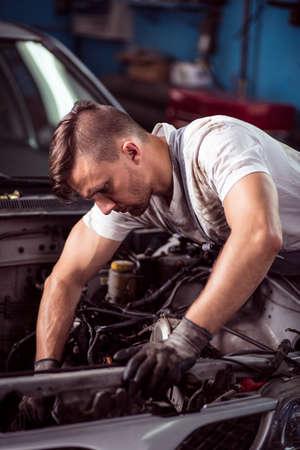 mecanico automotriz: Imagen de mecánico de automóviles de fijación del motor roto Foto de archivo