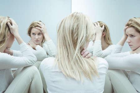 Foto der in Schwierigkeiten geratenen Frauen mit niedrigem Selbstwertgefühl