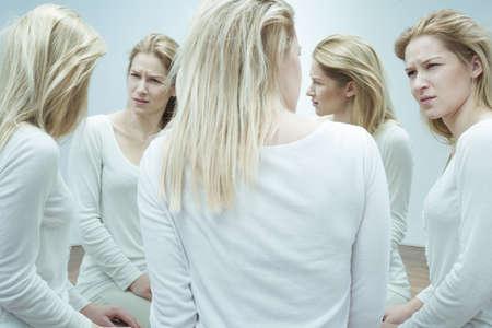 Imagen de la mujer con una enfermedad mental y paranoia