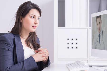 consulta médica: Empresaria en la consulta médica con el médico