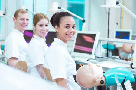 odontologa: Estudiantes felices de la odontología en bien equipados, aulas modernas