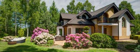 Panoramisch uitzicht van bloeiende struiken in binnenlandse tuin