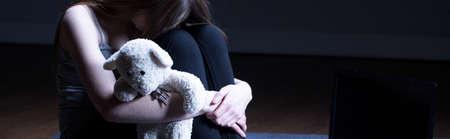Het jonge meisje wordt mishandeld door haar ouders Stockfoto