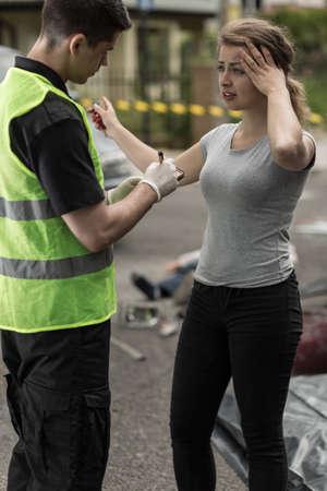 De jonge vrouw vertelt politieagent over auto-ongeluk