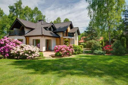 Foto de nuevo y elegante villa de diseño con el patio trasero Foto de archivo - 52950510