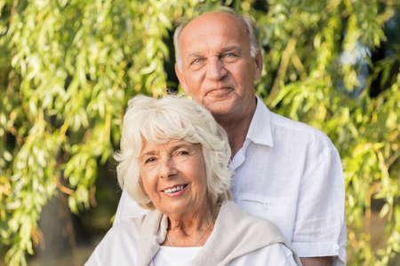 matrimonio feliz: matrimonio feliz altos abrazando en el parque