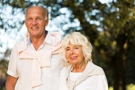 matrimonio feliz: Imagen que presenta el amor y la felicidad en la jubilación Foto de archivo