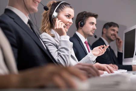 Professionelle Arbeiter von Call-Center während der Arbeit