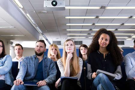 Grupo de estudiantes que se sientan en la sala de conferencias Foto de archivo