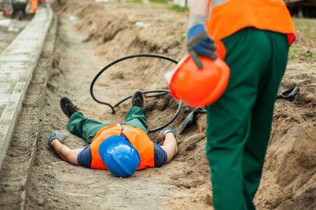 Câbles électriques très dangereuses au chantier de construction Banque d'images - 53105424
