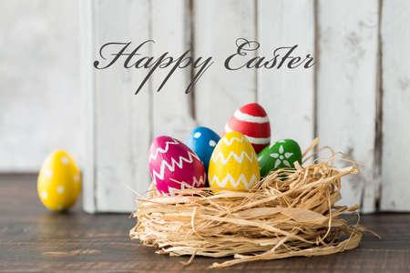 El tiro de los huevos de Pascua en un nido pequeño