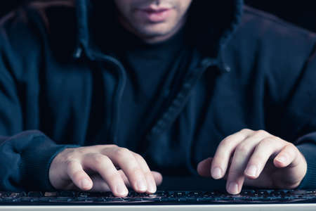 Close-up de l'écriture de l'homme sur le clavier de l'ordinateur