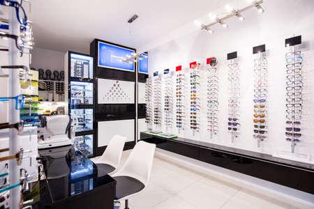 La selección de gafas modernas Bordes en la tienda de óptica Foto de archivo