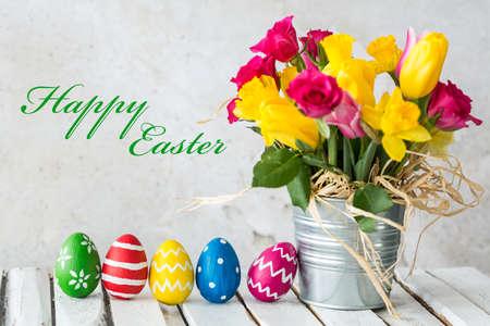 Shot van Pasen eieren en een enorme bos van de lentebloemen Stockfoto