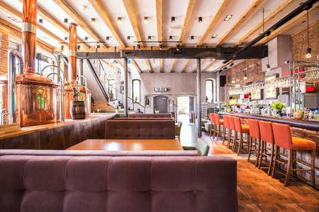 새로운 큰 레스토랑의 현대적인 세련된 인테리어