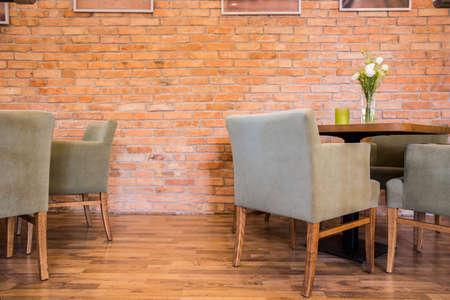 새로운 산업 스타일의 레스토랑에서 붉은 벽돌 벽 스톡 콘텐츠