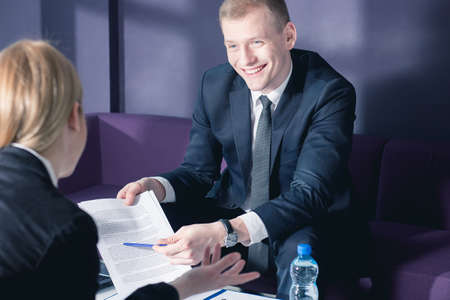 Zakenman in kostuum tijdens zakelijke bijeenkomst met zijn cliënt