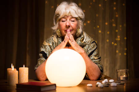 Fortune teller predicting future from crystal ball Banque d'images