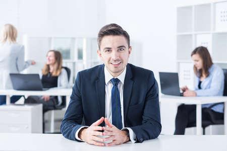 ouvrier: Jeune patron parle avec son futur travailleur Banque d'images