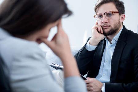 mujer joven con problemas de hablar con un psiquiatra con experiencia
