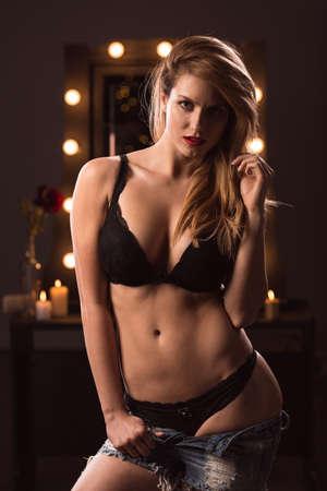 mujer rubia desnuda: Sexy chica rubia provocativa tentadora y desvestirse Foto de archivo
