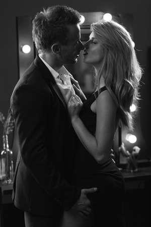 femme noire nue: homme élégant embrassant une femme avec passion et amour