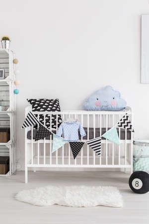 스칸디나비아 스타일의 아기 방에 침대의 총