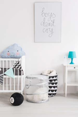 Záběr černé a bílé dětském pokoji s modrými doplňky