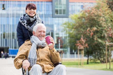 La imagen del hombre mayor con problemas para caminar y su cuidador