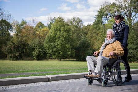 Photo de homme âgé de temps les dépenses de loisirs en plein air
