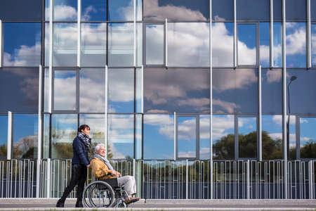 discapacitados: Imagen de abuelo con discapacidad y su nieto útil Foto de archivo