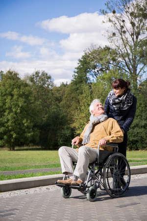 caminar: Foto de hombre con discapacidad en silla de ruedas en el parque de viaje