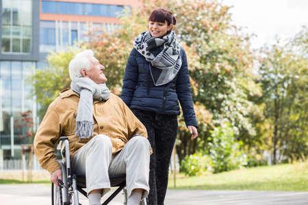 persona en silla de ruedas: Imagen de la mujer joven que cuida que ayuda a su familiar discapacitado