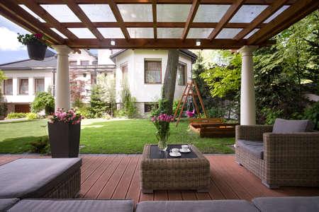 Primer plano de la glorieta con muebles de jardín con estilo