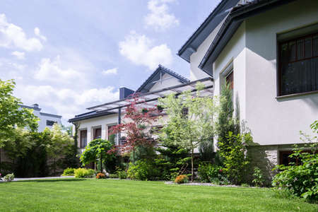 Horizontale mening van de ruime woning met tuin