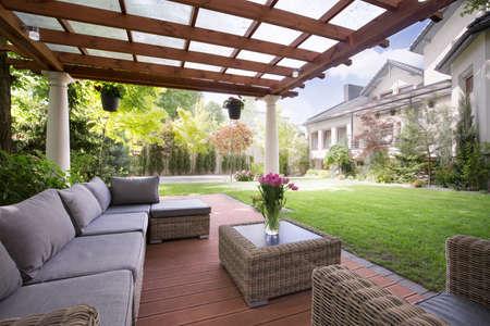 Beeld van veranda met moderne tuinmeubelen